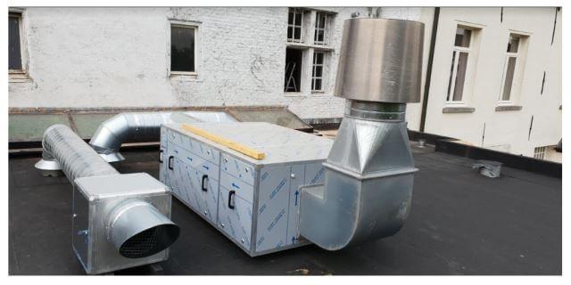 Geurfilterkast voor afzuiging en ventilatorbox voor luchttoevoer  op plat dak geïnstalleerd